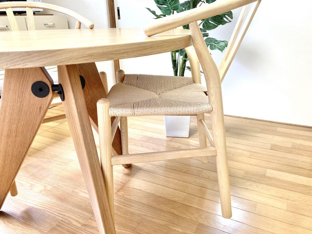 テーブルに掛けられる椅子